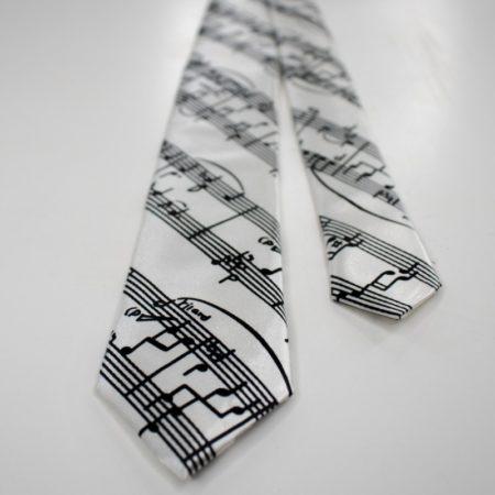Cravata alba cu partitura